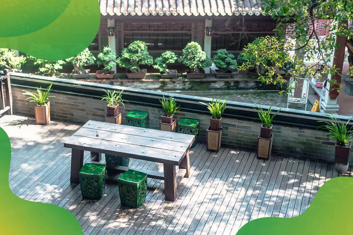 drewniany stół na drewnianym tarasie